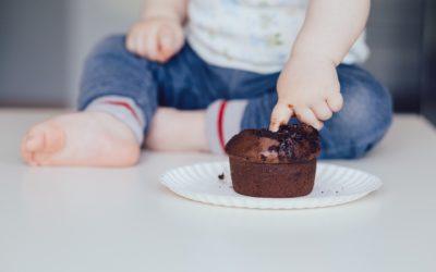 Miért játszanak a gyermekek az étellel?